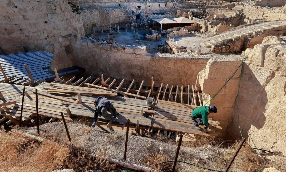 Plataformas de madeira ajudam na recuperação da nova ala do Herodium escavada pelos arqueólogos, que será aberta ao público pela primeira vez Foto: MENAHEM KAHANA / AFP