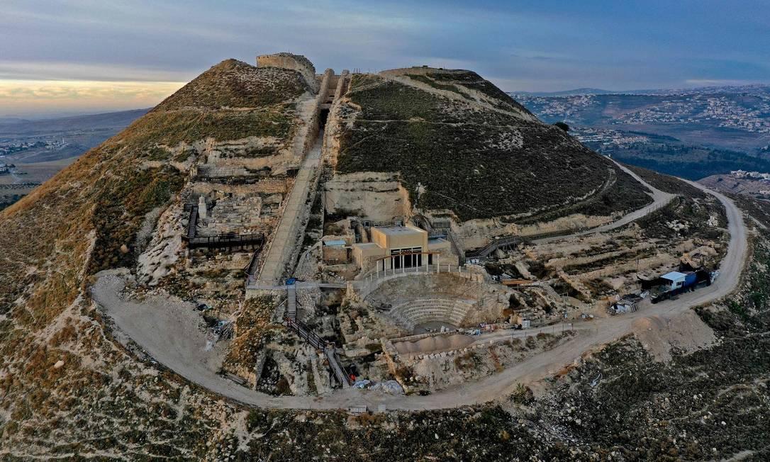 A imagem mostra a ala do palácio de Herodes recém-descoberta pelos arqueólogos na Cisjordânia, onde está o teatro ao estilo romano, e que será aberta pela primeira vez ao público Foto: MENAHEM KAHANA / AFP