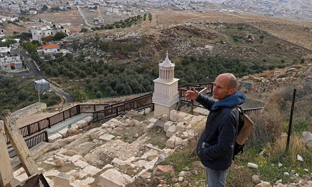 O arqueólogo israelense Roi Porat, chefe das escavações no Herodium, no topo do palácio, construído entre os anos de 23 e 15 a.C, na atual Cisjordânia Foto: MENAHEM KAHANA / AFP