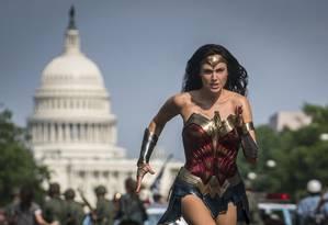Gal Gadot como Mulher-Maravilha em Washington: no novo filme, ela trabalha em museu da capital Foto: Divulgação