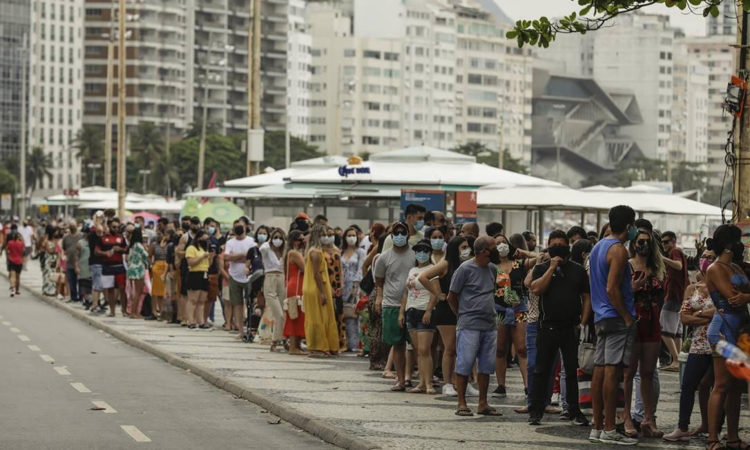 Cariocas e turistas fazem fila para entrar no Forte de Copacabana Foto: Gabriel de Paiva / Agência O Globo