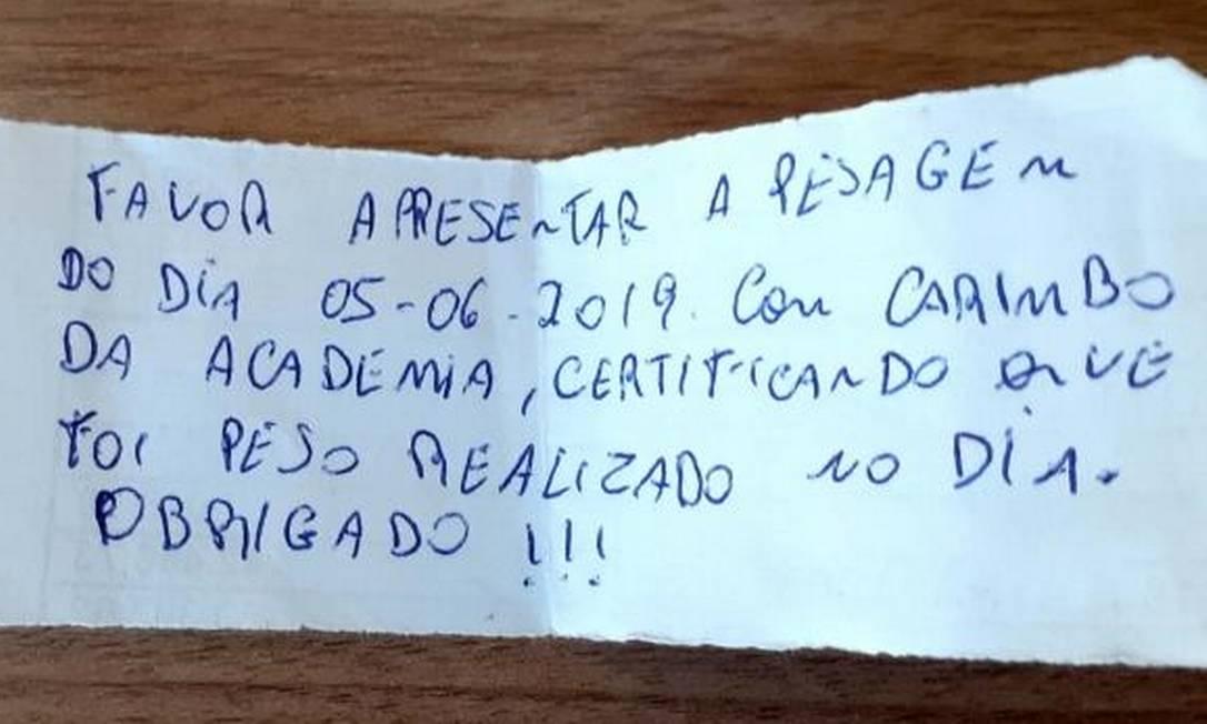 Bilhete feito pelo comerciante cobrava funcionária a apresentar seu peso Foto: Arquivo pessoal