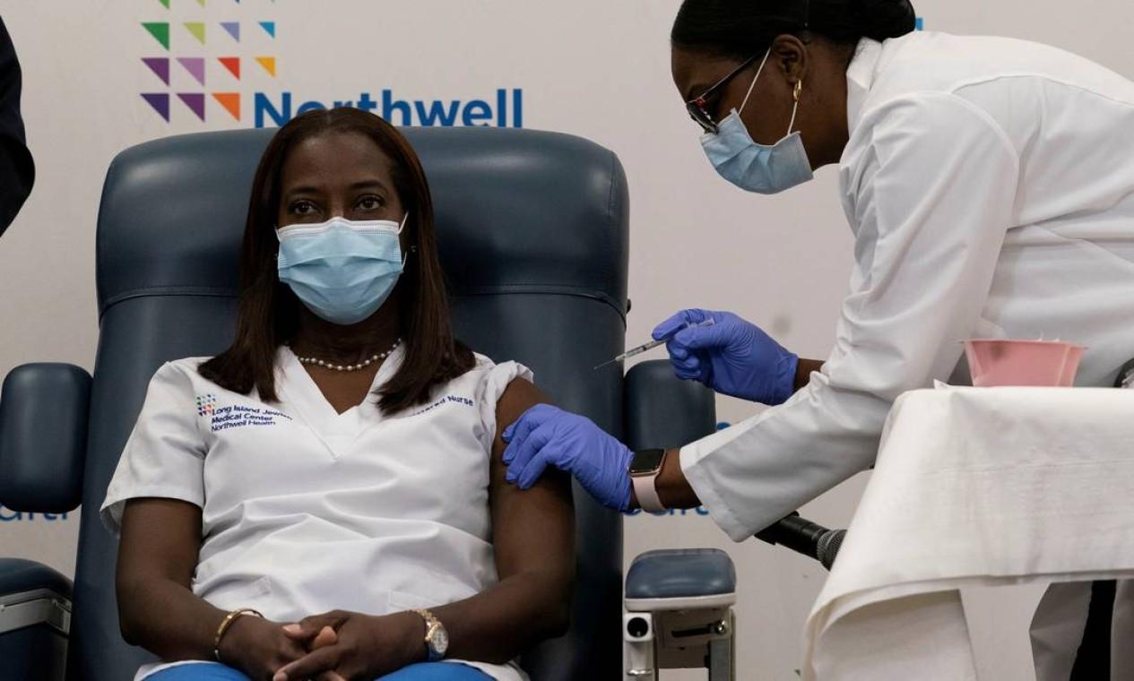 A enfermeira Sandra Lindsay, que atua na linha de frente contra a Covid-19 em uma Unidade de Terapia Intensiva, recebe a primeira dose da vacina contra Covid-19 no estado americano de Nova York. A aplicação foi transmitida ao vivo Foto: POOL / REUTERS