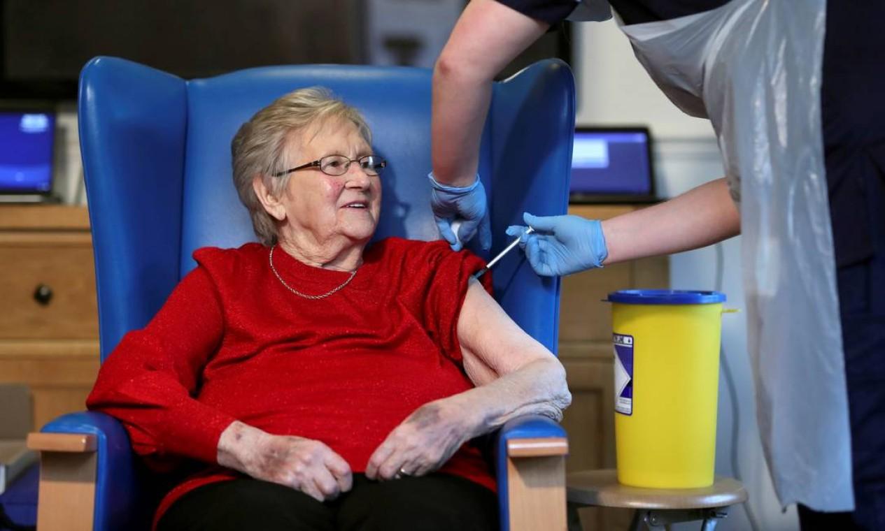 A residente Annie Innes, 90 anos, recebe a vacina Pfizer / BioNTech na Abercorn House Care Home, em Hamilton, Escócia, Grã-Bretanha Foto: RUSSELL CHEYNE / REUTERS