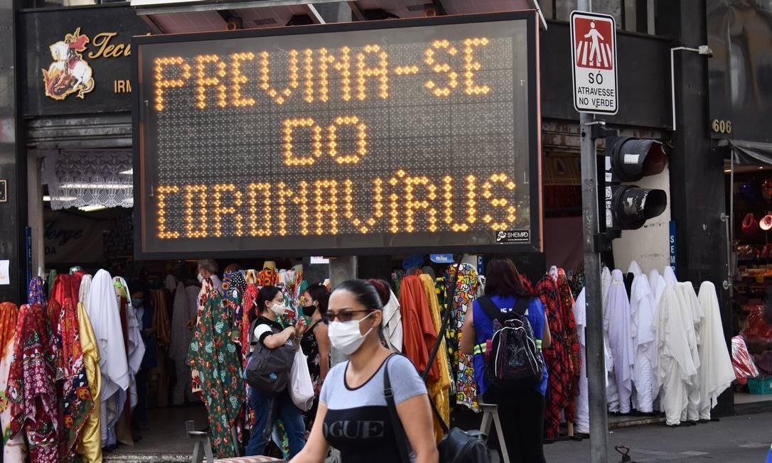 A Prefeitura de São Paulo faz Blitz Educativa contra a Covid-19, na Rua 25 de Março, esquina com a Ladeira Porto Geral, no centro da capital. Foto: Roberto Casimiro/Fotoarena / Agência O Globo
