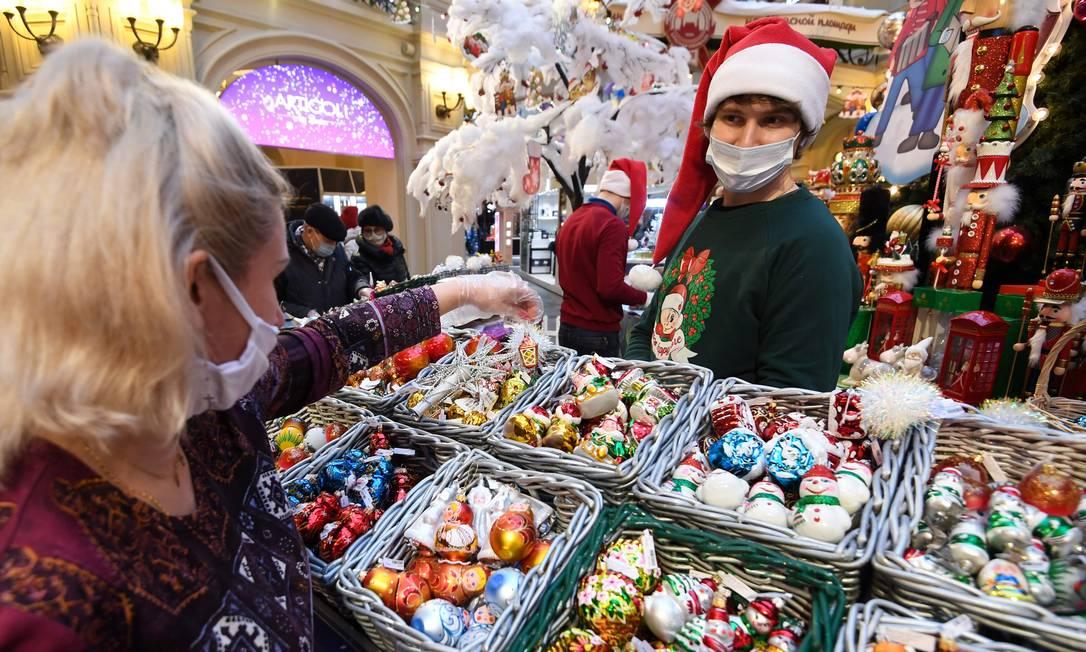 Imagem ilustrativa de um vendedor de decorações de Natal e Ano Novo no centro de Moscou, em meio à pandemia do coronavírus Foto: NATALIA KOLESNIKOVA / AFP