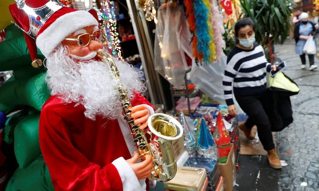 Mulher usando máscara protetora deixa uma loja de enfeites de Natal e Ano Novo, em meio à disseminação da Covid-19, em Istambul Foto: MURAD SEZER / REUTERS