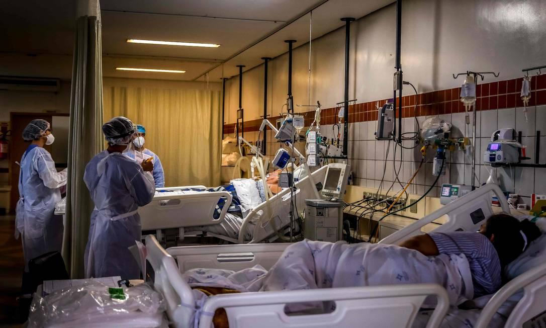Pacientes atendidos na Unidade de Terapia Intensiva para Covid-19 do Hospital da Santa Casa de Misericórdia de Porto Alegre, Brasil, em 9 de dezembro de 2020. Foto: SILVIO AVILA / AFP