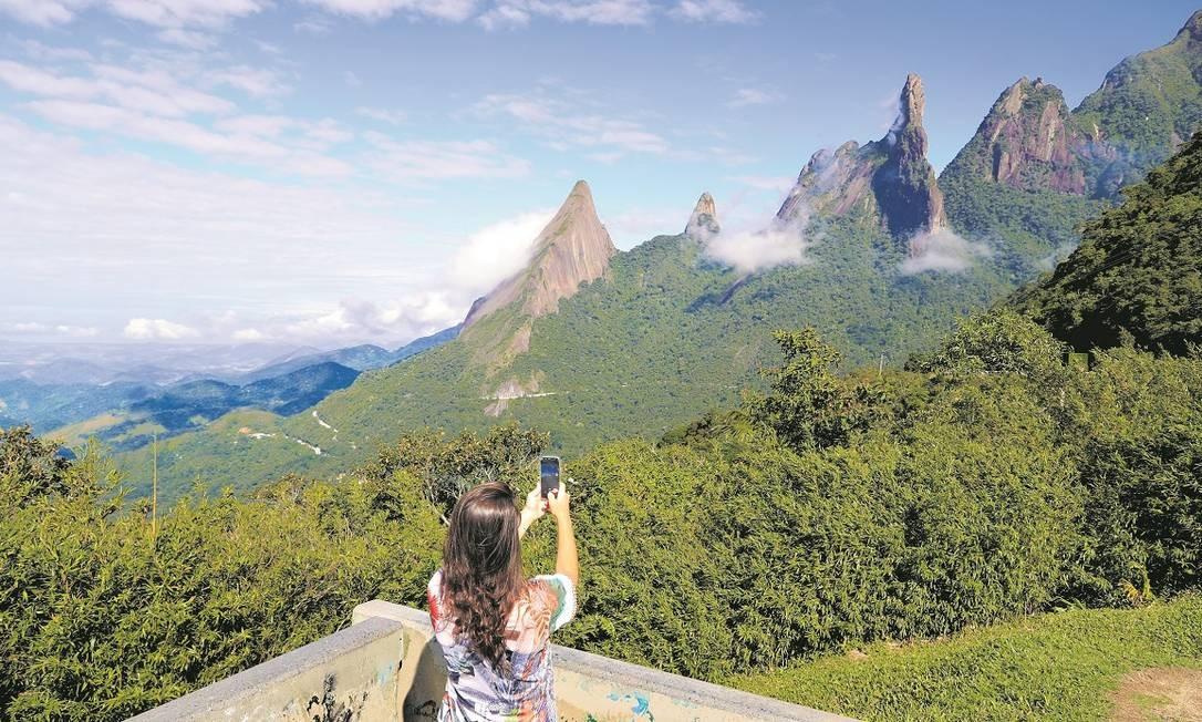 Turista fotografa o Dedo de Deus, cartão-postal da Serra dos Órgãos, entre Guapimirim e Teresópolis Foto: Marcelo de Jesus / Agência O Globo