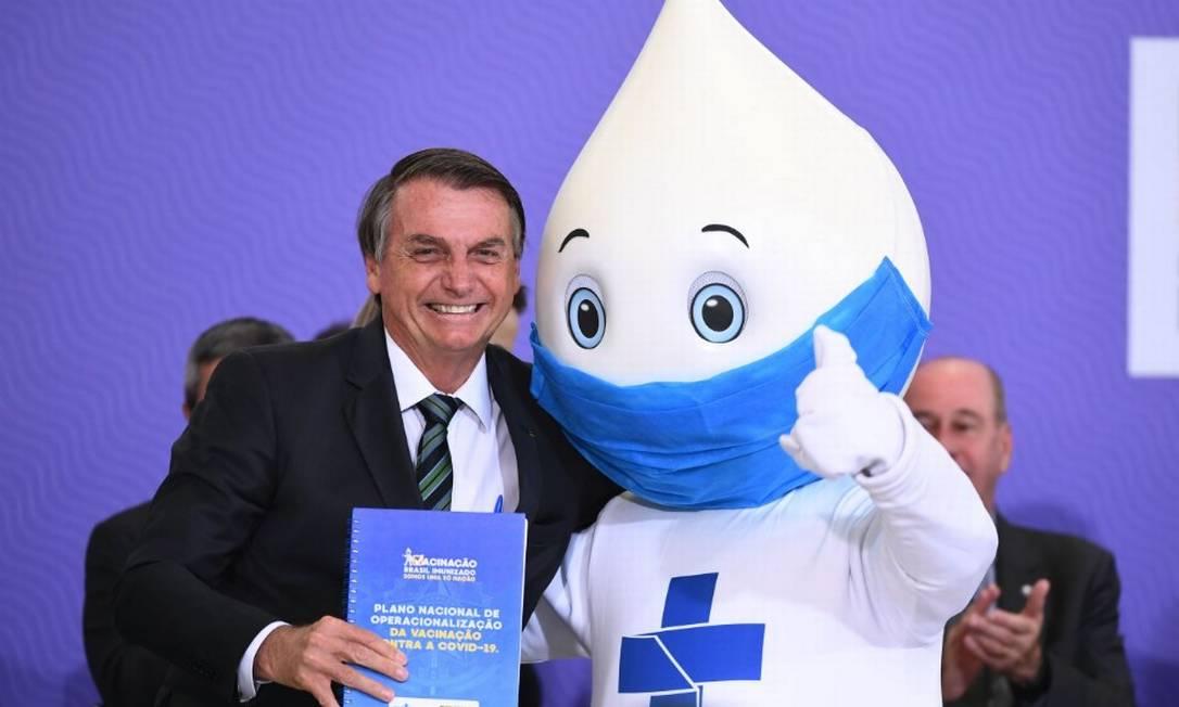 Bolsonaro abraça boneco do Zé Gotinha na cerimônia de lançamento do Plano Nacional de Vacinação contra a Covid-19 Foto: Evaristo Sá/AFP