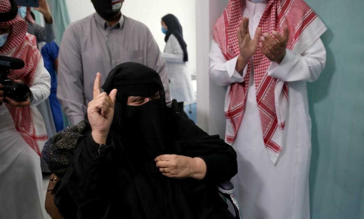 Mulher saudita comemora após receber a primeira dose da vacina contra o novo coronavírus, em Riade, Arábia Saudita Foto: AHMED YOSRI / REUTERS