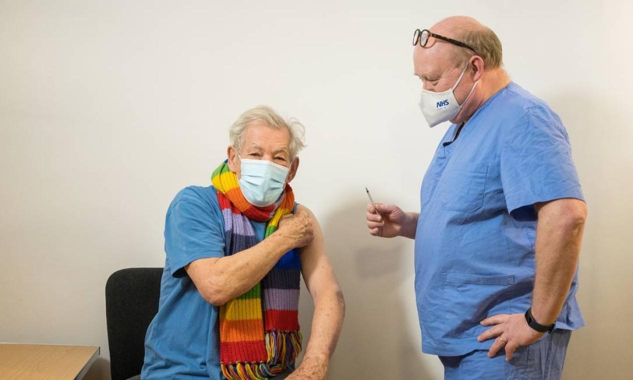 Ator Ian McKellen, que interpretou o mutante Magneto de X-Men e o mago Gandalf de Senhor dos Anéis recebe vacina da Pfizer/BionTech, no Queen Mary's University HOspital, em Londres, Inglaterra Foto: JEFF MOORE / via REUTERS