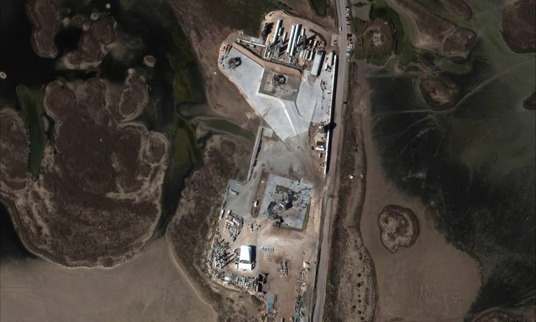 Vista aérea das instalações de lançamento de foguetes da SpaceX em Boca Chica, Texas Foto: MAXAR TECHNOLOGIES / VIA REUTERS
