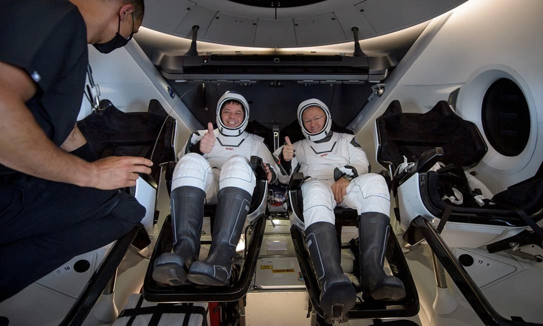 Os astronautas Robert Behnken e Douglas Hurley dentro da nave Crew Dragon, do Space X, após retornarem de voo em 2020 Foto: Bill Ingalls / NASA via REUTERS