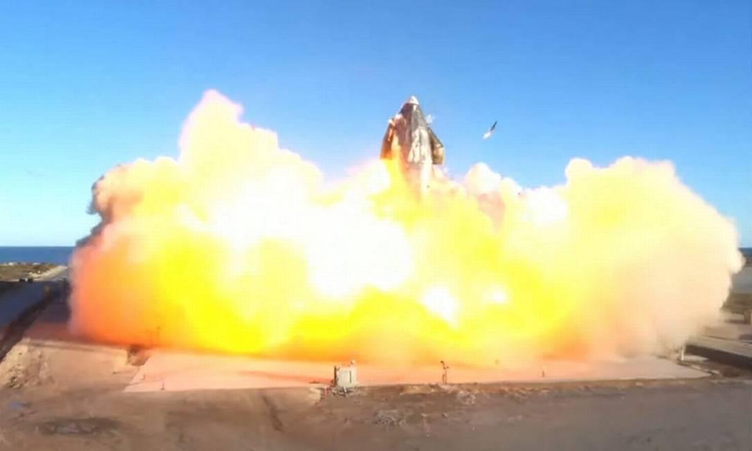 Explosão do foguete Nave estelar, da SpaceX, após retorno do teste voo em dezembro de 2020 Foto: - / AFP
