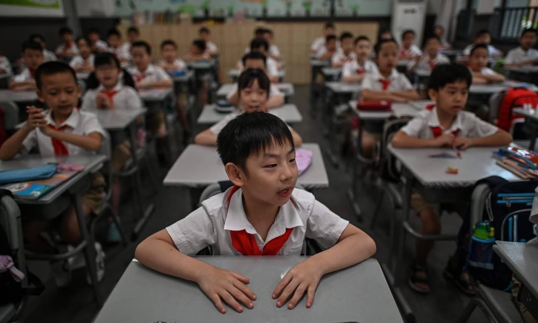 Alunos assistem às aulas na Escola Primária da Rua Changchun em Wuhan, província de Hubei, durante uma visita da imprensa organizada pelas autoridades locais Foto: HECTOR RETAMAL / AFP/04-09-2020