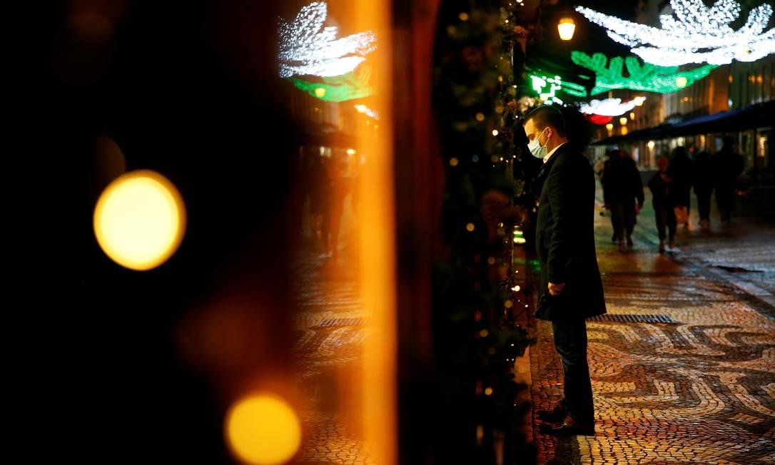 Homem usa máscara e olha vitrine no centro de Lisboa, em Portugal Foto: PEDRO NUNES / REUTERS