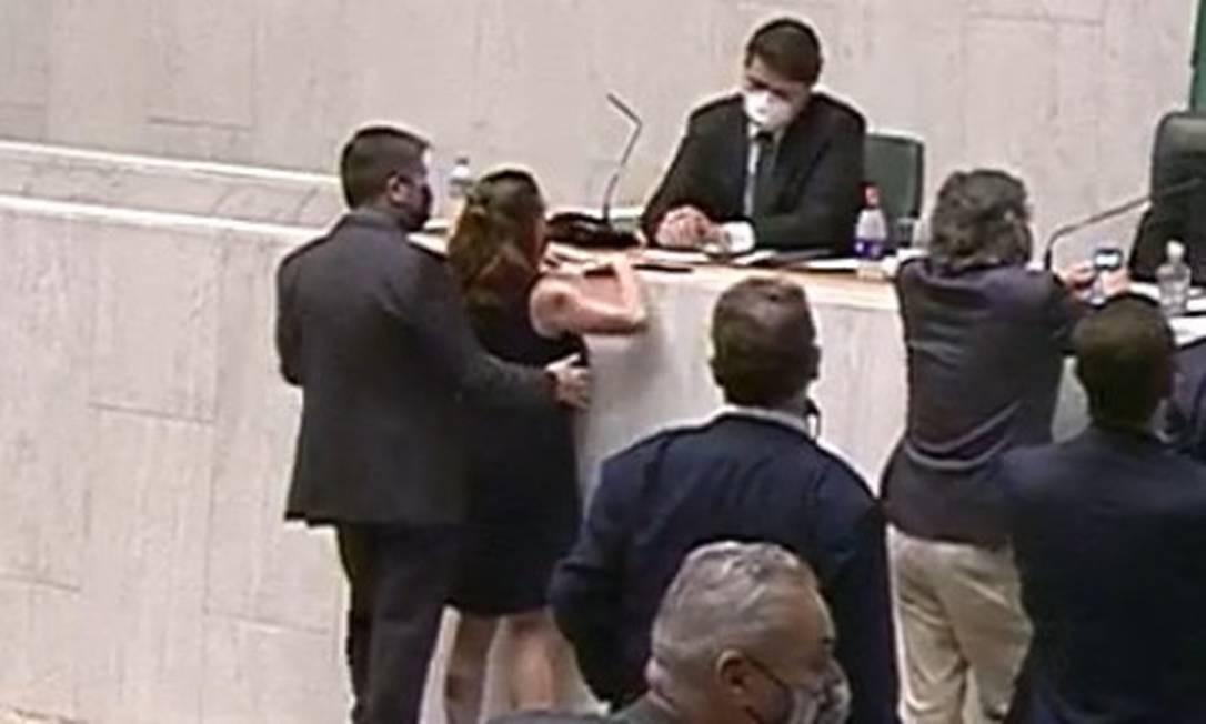 Momento em que a deputada Isa Penna é apalpada pelo deputado Fernando Cury no plenário da Alesp Foto: Divulgação/ Alesp