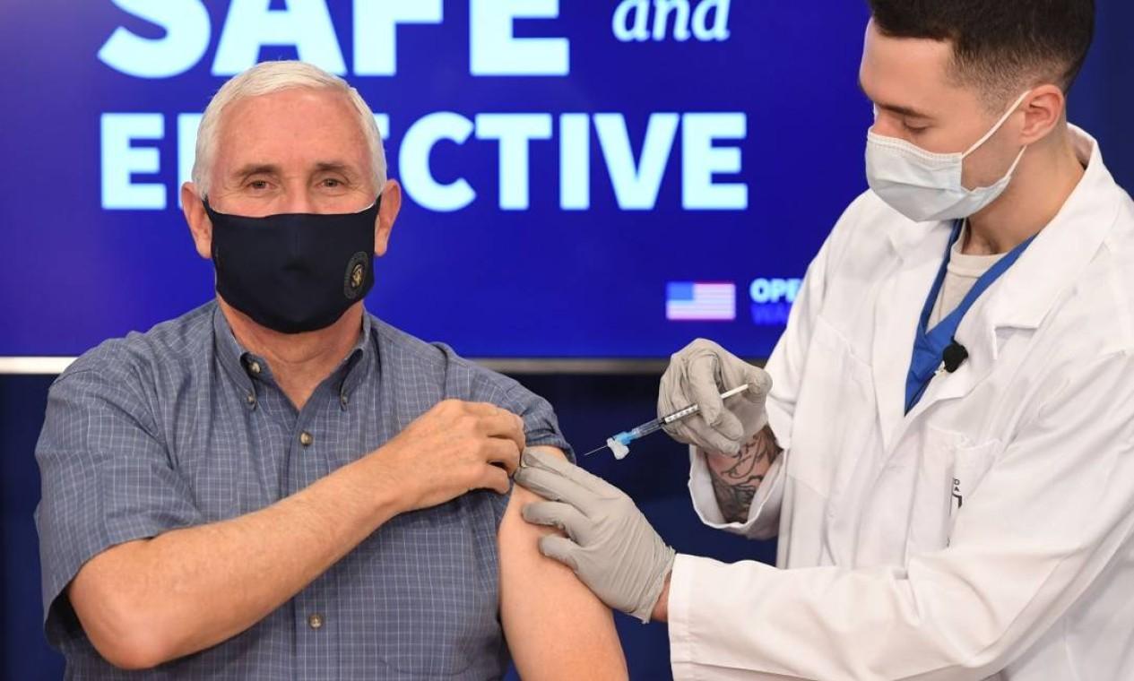 Vice-presidente dos Estados Unidos, Mike Pence, é vacinado contra o coronavírus em Washington Foto: SAUL LOEB / AFP - 18/12/2020