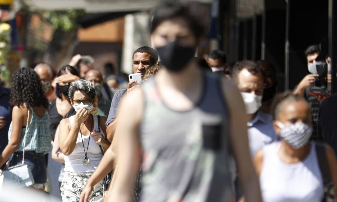 Movimentação intensa no Centro: diferente do que era visto no início da pandemia, as pessoas voltaram a ocupar as ruas após a flexibilização Foto: Luiza Moraes / Agência O Globo