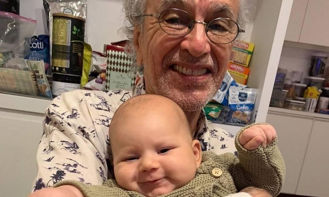O cantor Caetano Veloso com o neto, Benjamin Foto: Reprodução da internet
