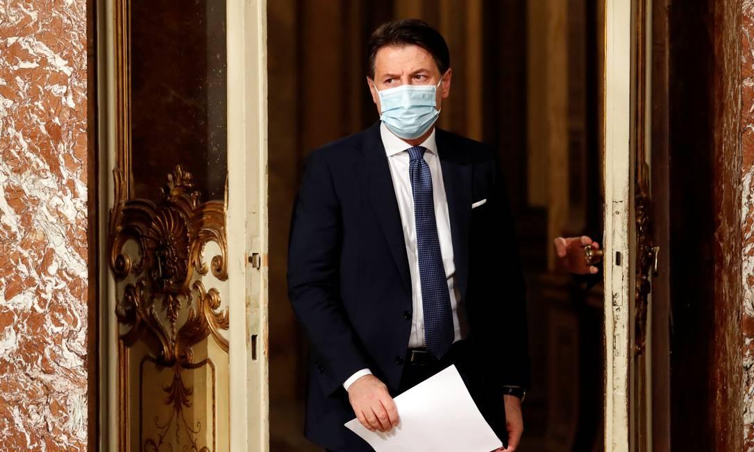 O primeiro-ministro italiano, Giuseppe Conte, chega para uma entrevista coletiva sobre as novas medidas do governo contra a Covid-19 Foto: REMO CASILLI / REUTERS/18-12-2020