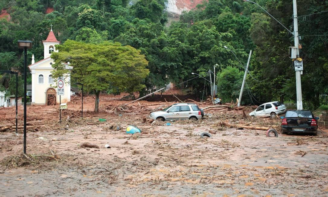Praça do Suspiro, ponto turistico de Nova Friburgo, completamente coberto de lama após o temporal, que causou enchentes e deslizamentos de terra Foto: Pedro Kirilos / Agência O Globo - 13/01/2011