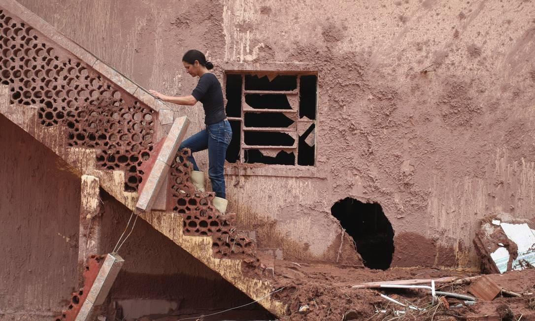 Devido a intensidade da chiva, rios transbordaram e a´gua atingiu níveis acima de diversas casas Foto: Cléber Júnior / Agência O Globo - 17/01/2011