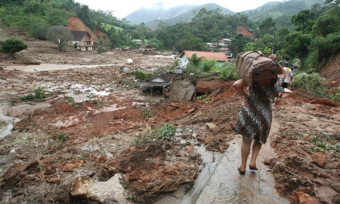 Moradores deixam a localidade de Córrego Dantas, em Nova Friburgo. Bairro foi destruído pela enchente, deixando vários desabrigados Foto: Cléber Júnior / Agência O Globo - 15/01/2011
