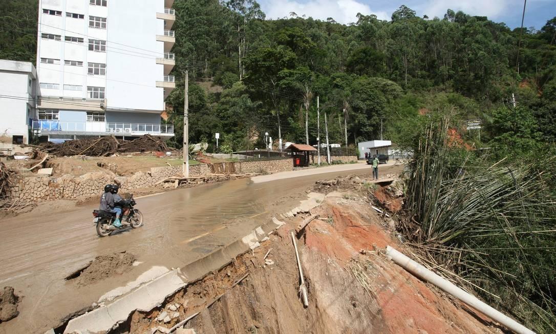 Parte de estrada destruída próximo ao Hospital São Lucas, em Nova Friburgo Foto: Cléber Júnior / Agência O Globo - 19/01/2011