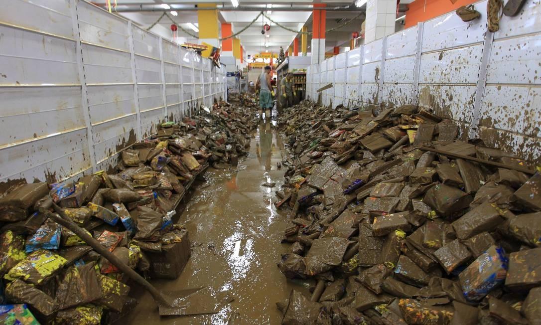 Produtos estragados pela enchente em um supermercado invadido pela água em Nova Friburgo Foto: Marcelo Theobald / Agência O Globo - 18/01/2011