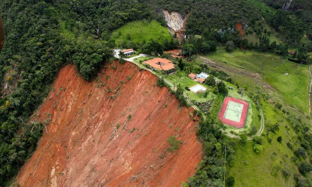 Queda de encosta em São José do Vale do Rio Preto Foto: Custódio Coimbra / Agência O Globo - 15/01/2011