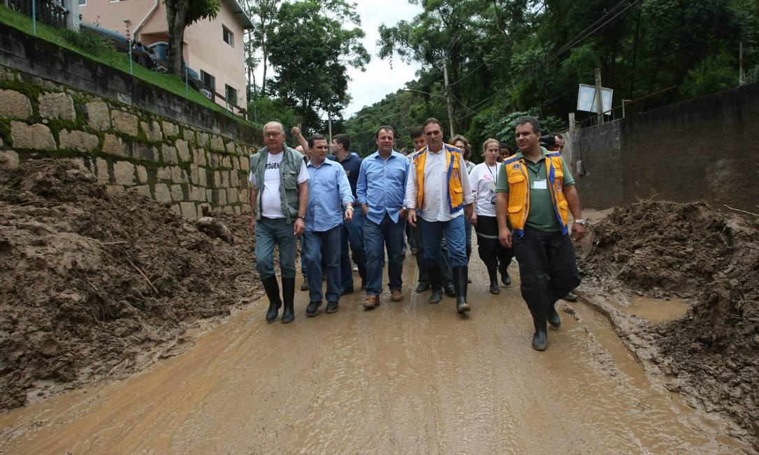 O então governador do estado, Sérgio Cabral, visita área devastada no Vale do Cuiabá, em Itaipava, em Petrópolis Foto: Hudson Pontes / Agência O Globo - 14/01/2011