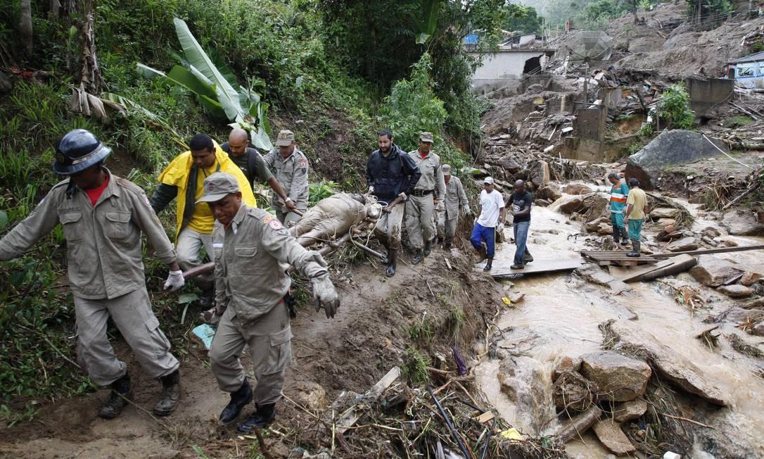 Tragédia em Teresópolis deixou centenas de vitimas Foto: Domingos Peixoto / Agência O Globo - 13/01/2011