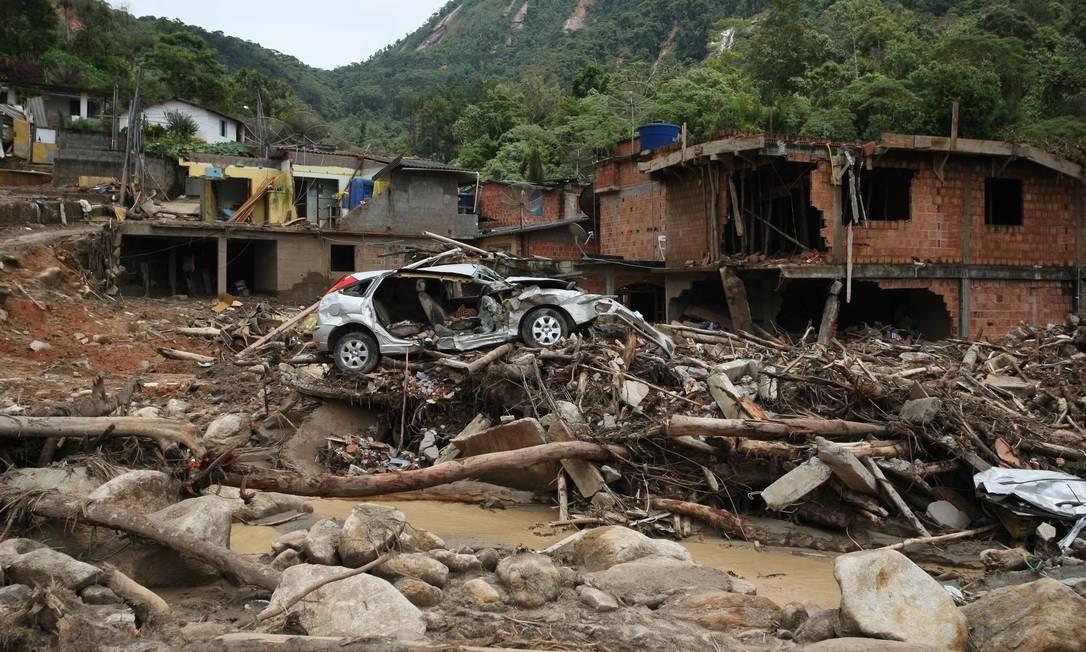 Casas e carro destruído Campo Grande, Teresópolis Foto: Hudson Pontes / Agência O Globo - 19/01/2011