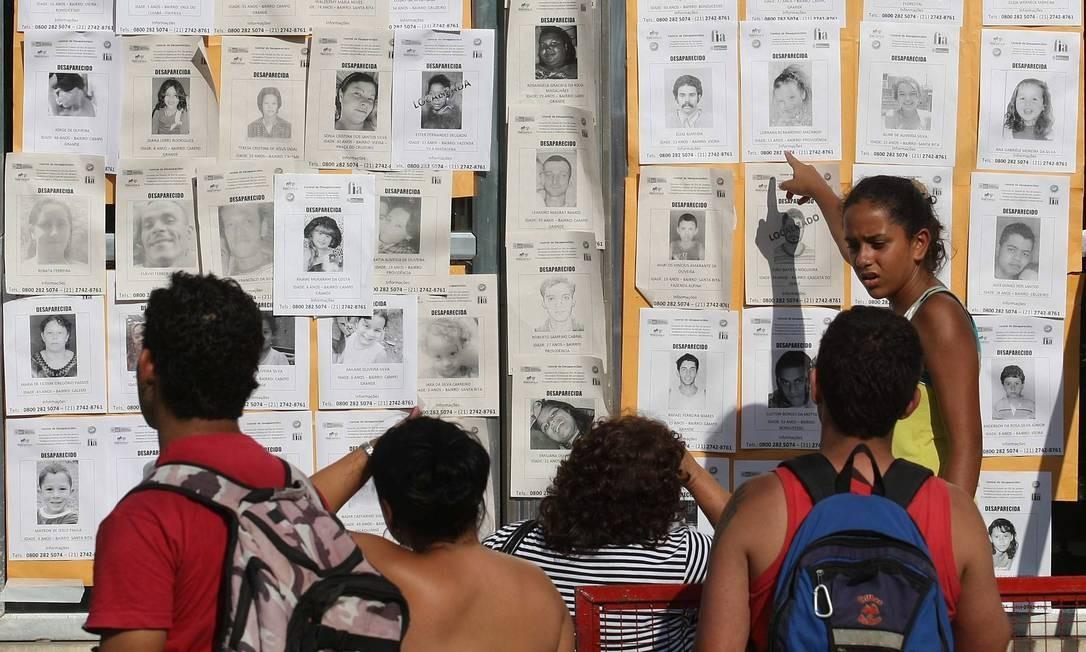 Cadastro de desaparecidos no Centro de Informações Turísticas de Teresópolis Foto: Márcio Alves / Agência O Globo - 21/01/2011