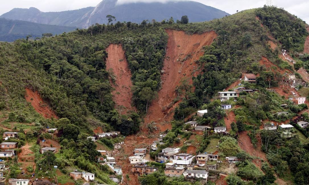 Em Teresópolis, rasgos na mata deixados pelas chuvas. Quase 800 encostas deslizaram na Região Serrana Foto: Domingos Peixoto / Agência O Globo - 12/01/2011