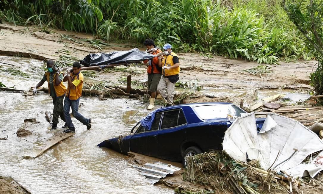 Defesa Civil retira o corpo de uma vítima no bairro Poço dos Peixes, arrasado pelas chuvas, em Teresópolis Foto: Pablo Jacob / Agência O Globo