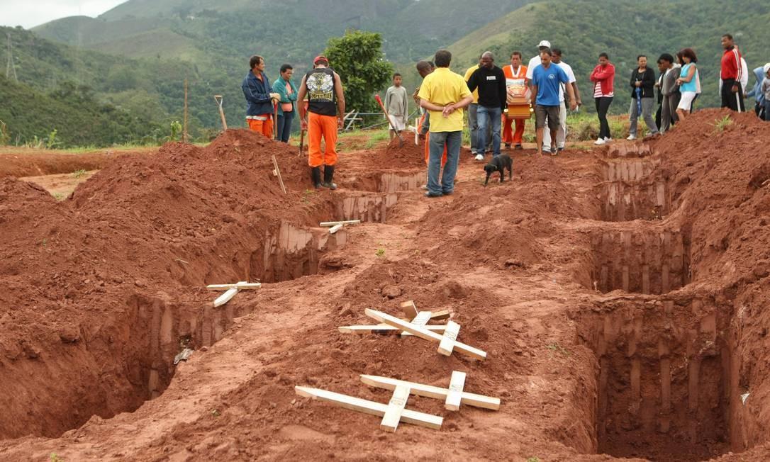 Enterro de vítimas da tragédia no Cemitério Municipal de Teresópolis Foto: Carlos IVan / Agência O Globo - 14/01/2011