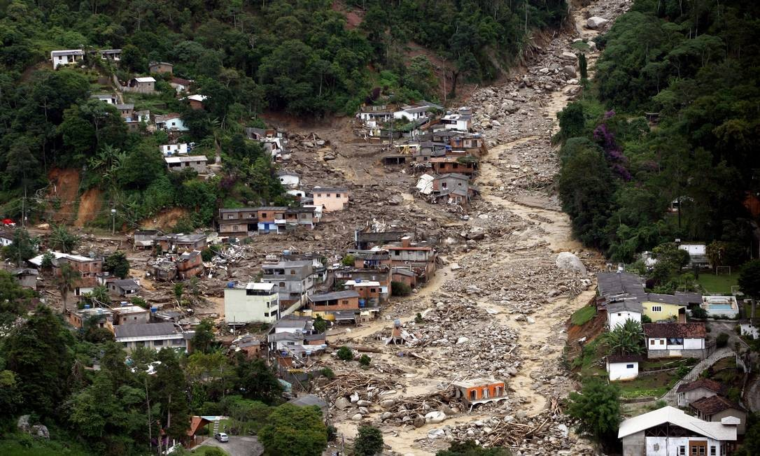 As chuvas fortes também causaram destruição e mortes em Teresópolis, Foto: Domingos Peixoto / Agência O Globo - 12/01/2011
