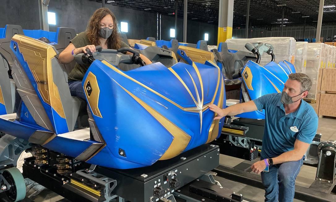 Funcionários da Disney Parks inspecionam os carrinhos da montanha-russa Guardians of the Galaxy: Cosmic Rewind, que será aberta no EPCOT em 2021 Foto: Disney Parks / Divulgação