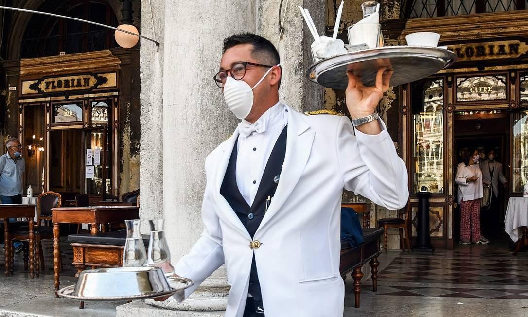 Garçom do histórico Caffè Florian, em Veneza Foto: ANDREA PATTARO / AFP