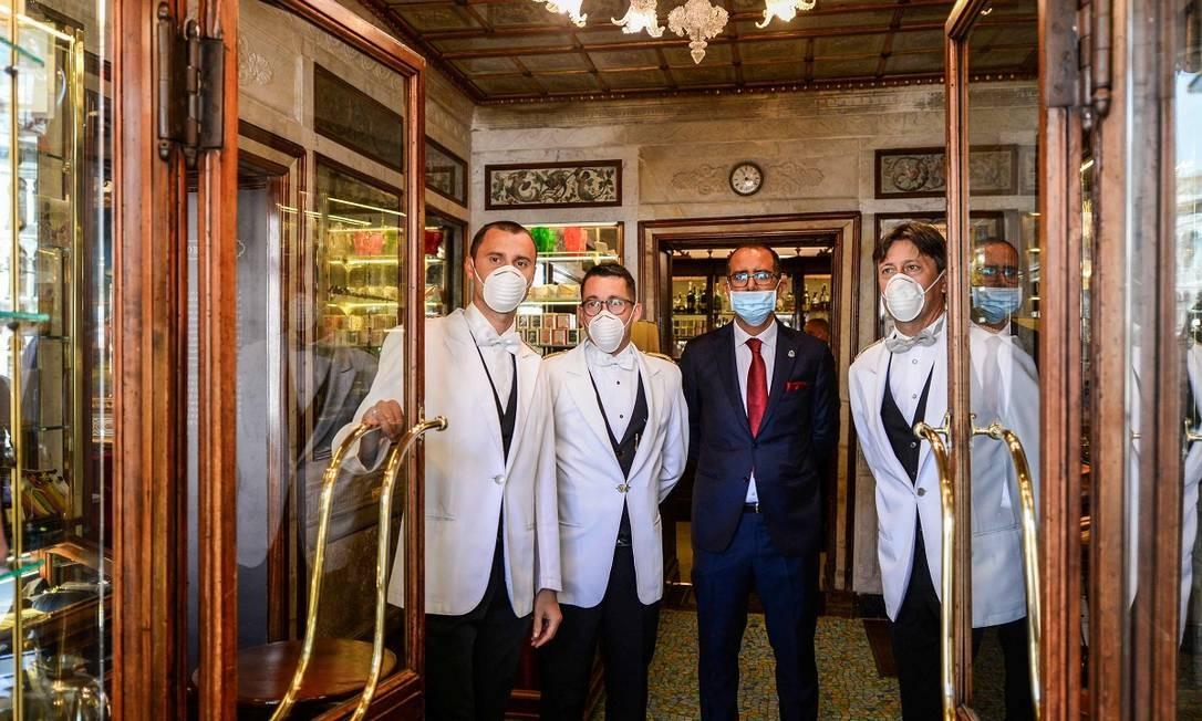 Funcionários do Caffè Florian, o mais antigo de Veneza Foto: ANDREA PATTARO / AFP