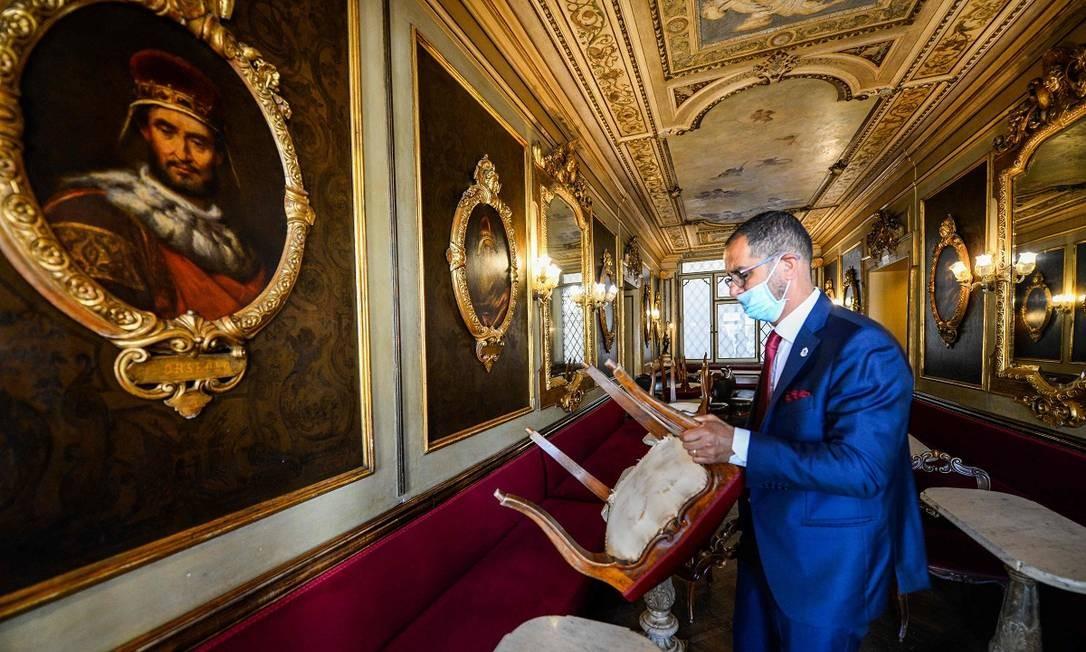 Funcionário do Caffè Florian, o mais antigo de Veneza Foto: ANDREA PATTARO / AFP