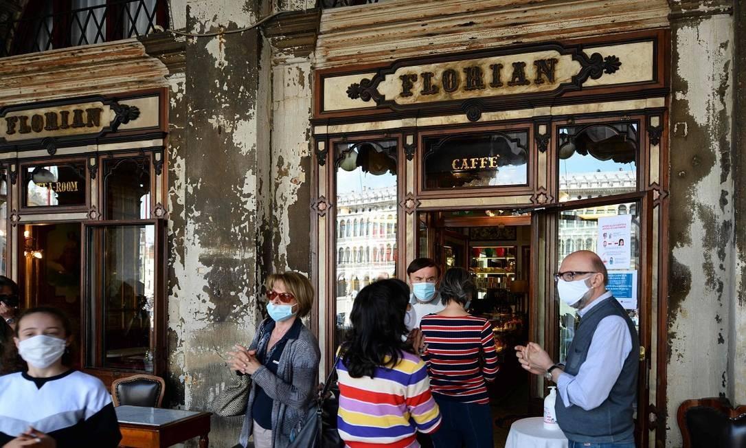Frequentadores em frente ao Caffè Florian, o mais antigo de Veneza Foto: ANDREA PATTARO / AFP