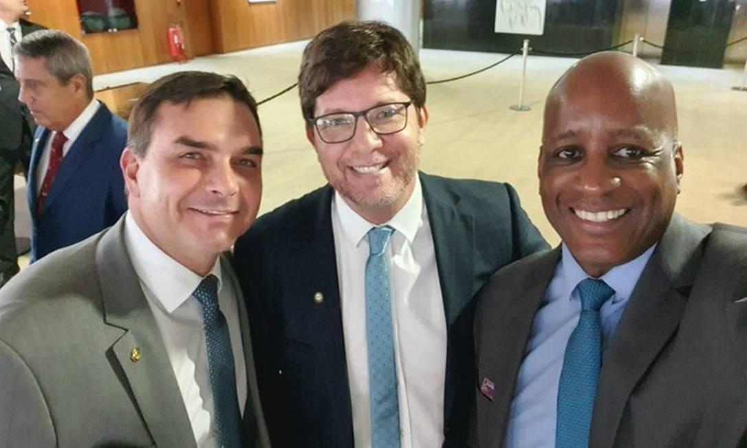 Foto postada no Twitter de Sergio Camargo (dir.), presidente da Fundação Palmares, ao lado de Flávio Bolsonaro e Mario Frias Foto: Reprodução