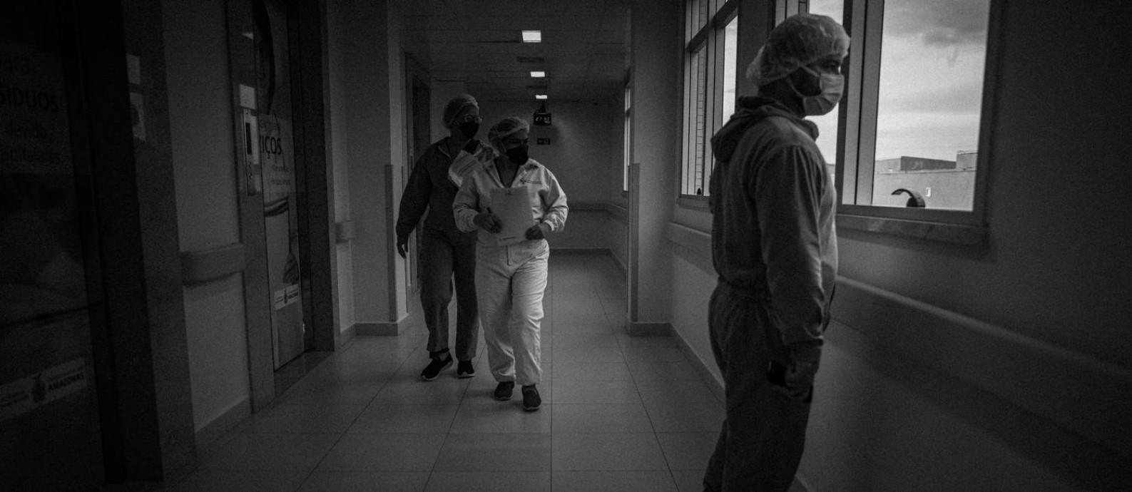 Profissionais da área de saúde com equipamentos de proteção contra a Covid-19 atendem no Hospital Delphina Aziz, na Zona Norte de Manaus. Foto: Raphael Alves / Agência O Globo