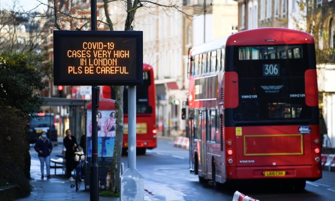 Letreiro pede cuidado diante da alta nos casos de coronavírus, em Londres Foto: TOBY MELVILLE / REUTERS