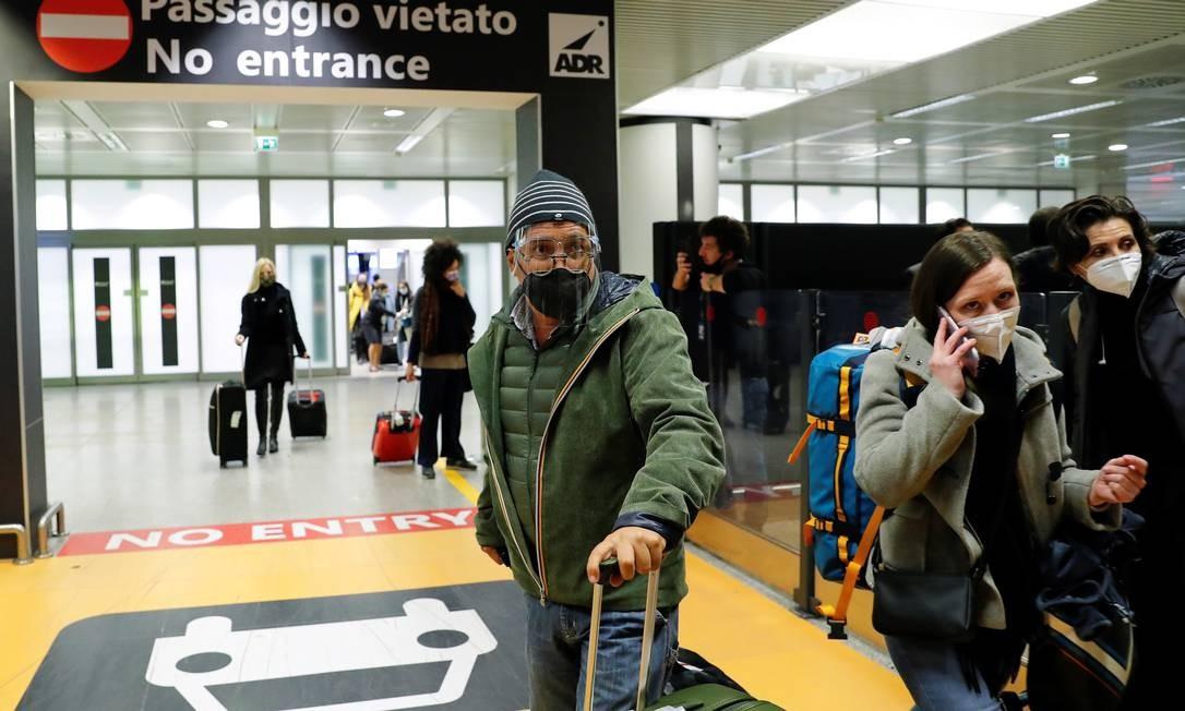 Passageiros chegam ao aeroporto de Fiumicino depois que o governo italiano decidiu suspender voos do Reino Unido Foto: REMO CASILLI / REUTERS
