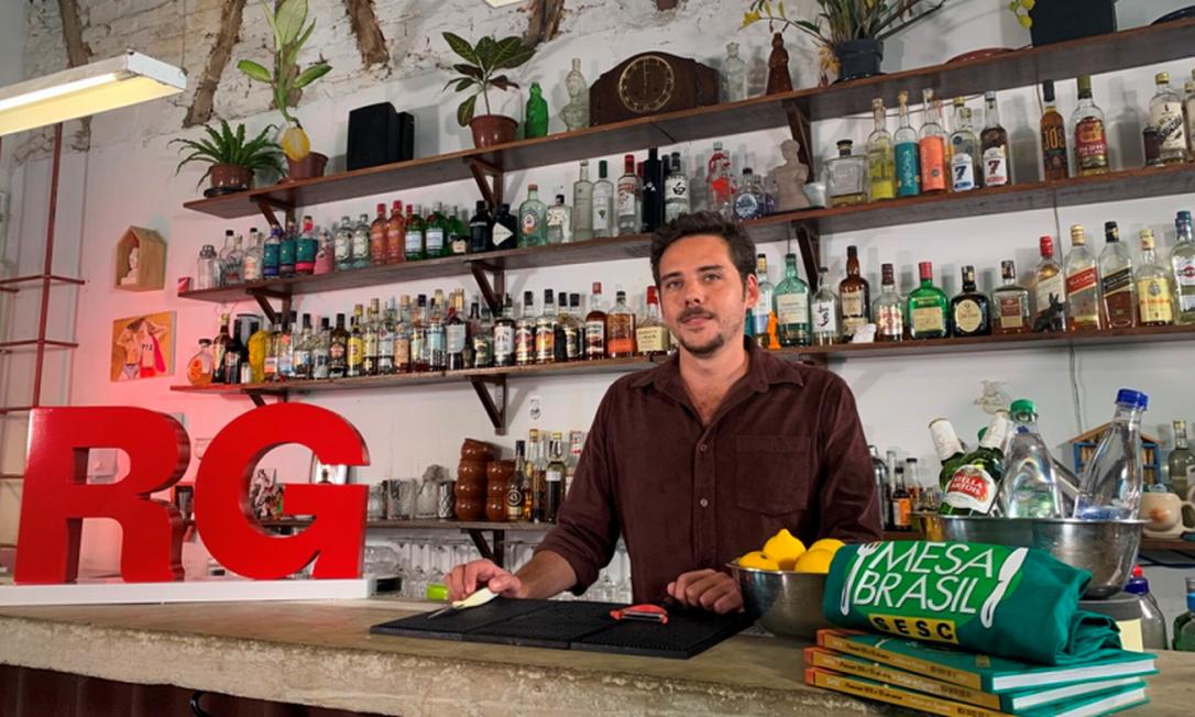 Aula Rio Gastronomia 10 anos: Jonas Aisengart, do Quartinho Bar, ensina a receita do limoncello artesanal Foto: divulgação